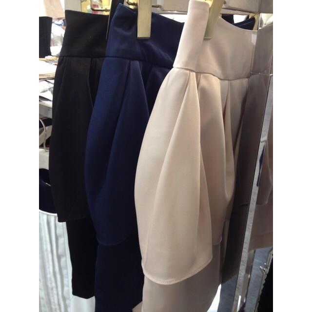MERCURYDUO(マーキュリーデュオ)のマーキュリーデュオ雑誌掲載ストレッチサテンペプラムスカート✴︎ブラック レディースのスカート(ミニスカート)の商品写真