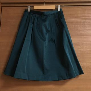 ストラ(Stola.)の光沢あり素材でドレッシーに 深緑スカート(ひざ丈スカート)