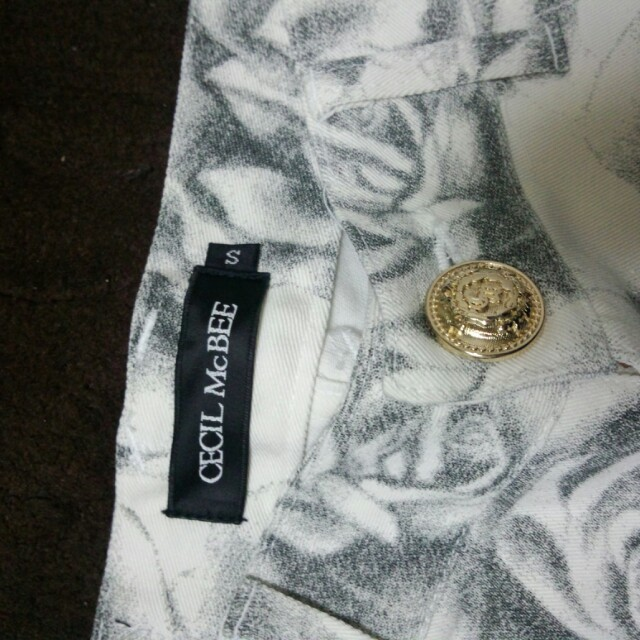 CECIL McBEE(セシルマクビー)のセシル*未使用花柄サブリナパンツ レディースのパンツ(カジュアルパンツ)の商品写真