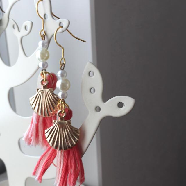 春夏☆サーモンピンクと貝殻ピアス☆ ハンドメイドのアクセサリー(ピアス)の商品写真