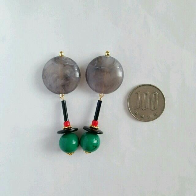 グレー×グリーン 蝶バネイヤリング  ハンドメイドのアクセサリー(イヤリング)の商品写真