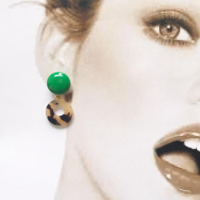 グリーンボタンとべっこうのピアスorイヤリング ハンドメイドのアクセサリー(ピアス)の商品写真