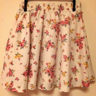 ハニーズ(HONEYS)の花柄フリルスカート 値下げ中(ひざ丈スカート)