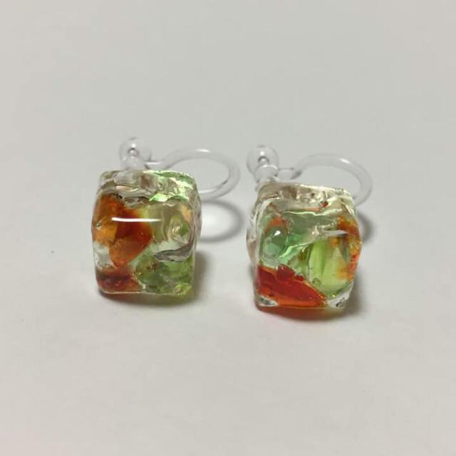 hand made❤︎ 琉球ガラス 赤と緑 キューブmini ノンホールピアス ハンドメイドのアクセサリー(イヤリング)の商品写真