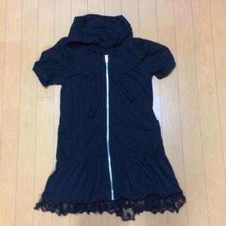 アクシーズファム(axes femme)の黒色なので、半袖でも秋、冬も大活躍。半袖裾レースパーカー(パーカー)