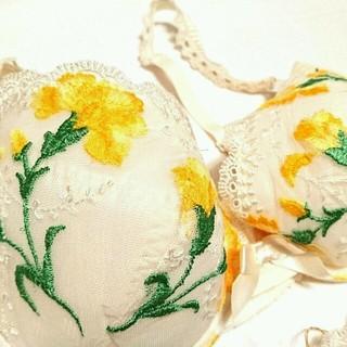 ワコール(Wacoal)のサルート カーネーション刺繍のブラセット イエロー(ブラ&ショーツセット)