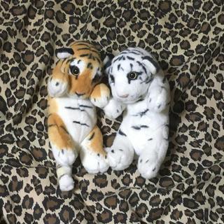 色違いの2匹の虎のぬいぐるみ