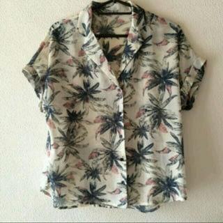 ジーユー(GU)の【美品】ボタニカル半そでシャツ(シャツ/ブラウス(半袖/袖なし))