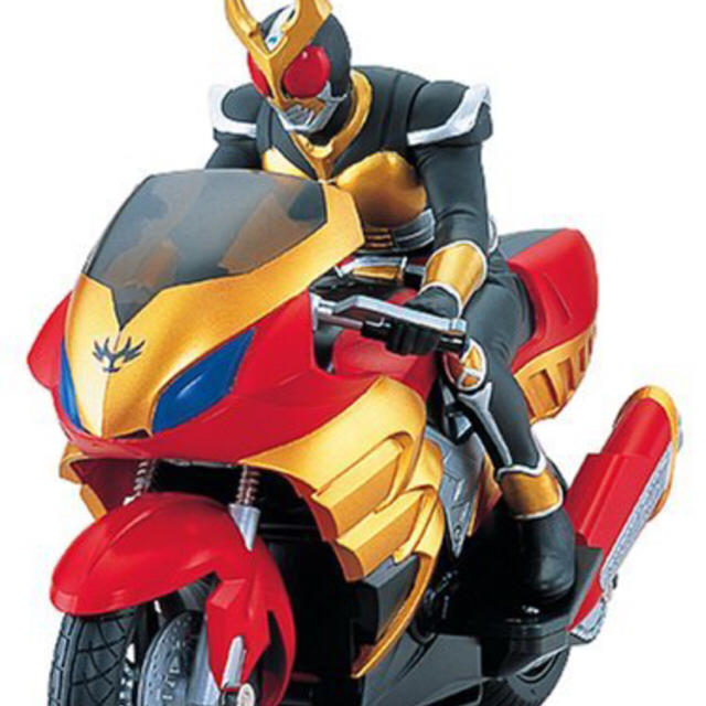 バイクにまたがる仮面ライダーアギト