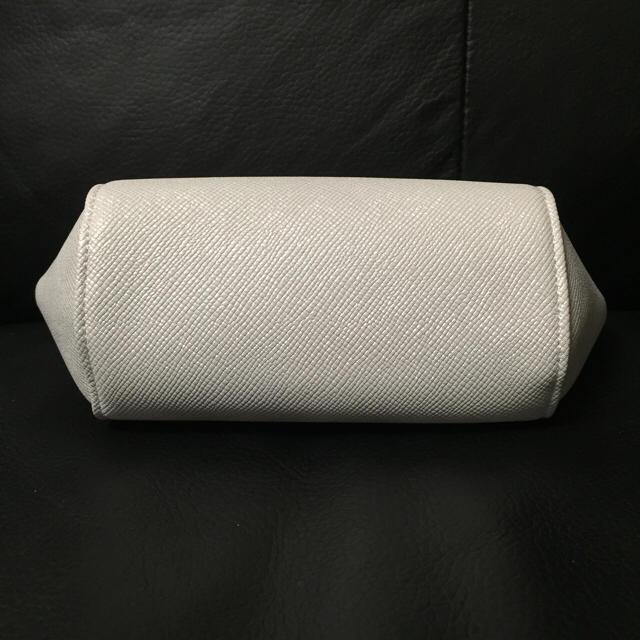 Dior(ディオール)の未使用 ディオール レザー調 ラメ入り コスメポーチ シルバーホワイト DIOR レディースのファッション小物(ポーチ)の商品写真