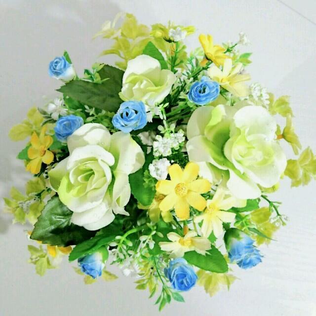 初夏のホワイトローズ  空色の野バラをポイントに ハンドメイドのフラワー/ガーデン(その他)の商品写真