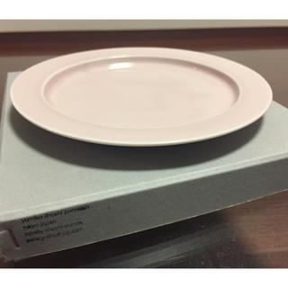 イッタラ(iittala)のイイホシユミコ プレート ピンク チェックアンドストライプコラボ(食器)