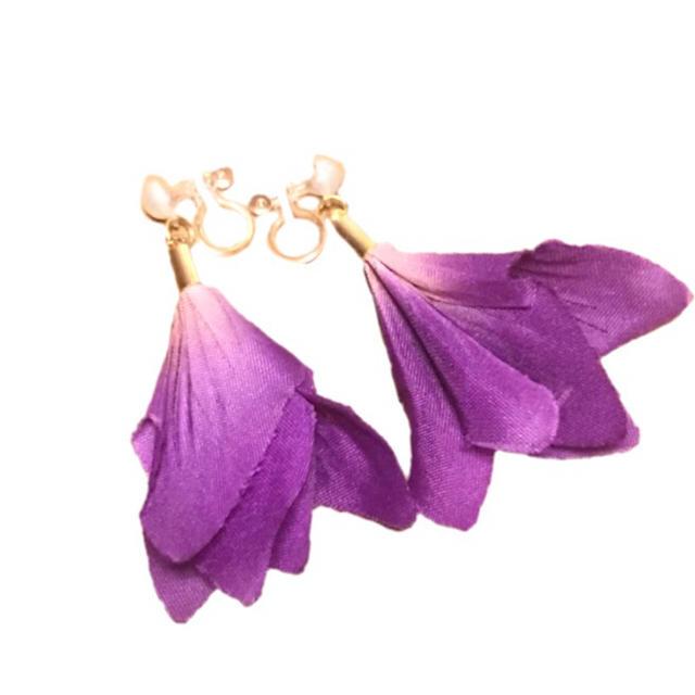 ハンドメイドアクセサリー イヤリング 花 パープル 花びら ノンホールピアス ハンドメイドのアクセサリー(イヤリング)の商品写真