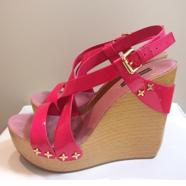 LOUIS VUITTON(ルイヴィトン)のルイヴィトン♡ピンクエナメル ストラップ ウエッジ サンダル♡ レディースの靴/シューズ(サンダル)の商品写真