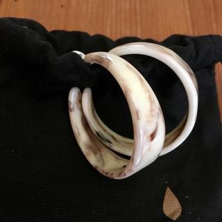 パピヨネ(PAPILLONNER)のパピヨネ白×茶色べっ甲風フープピアス(ピアス)