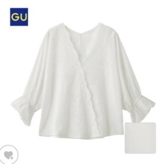 ジーユー(GU)のGU スカラップVネックブラウス ホワイト(シャツ/ブラウス(半袖/袖なし))