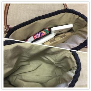 手編みバッグ タッセルチャーム付き ハンドメイドのファッション小物(バッグ)の商品写真