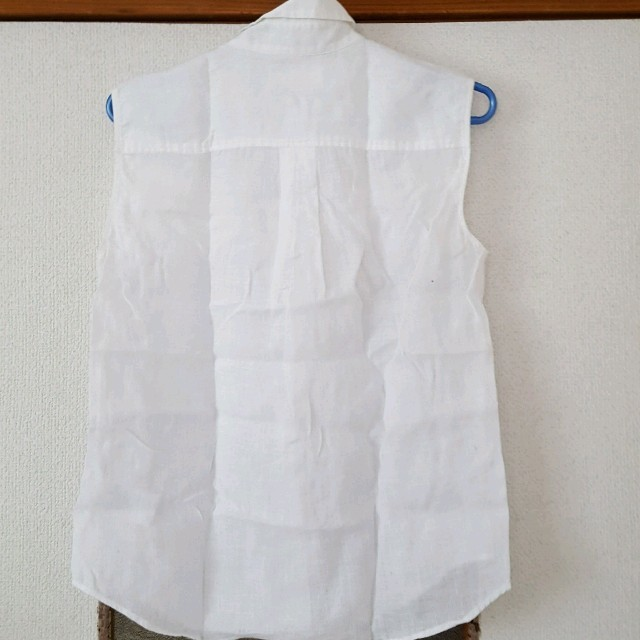 UNIQLO(ユニクロ)のユニクロ リネンシャツ ノースリーブ白 gu 無印良品 レディースのトップス(シャツ/ブラウス(半袖/袖なし))の商品写真