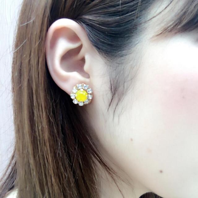 お花ビジューピアス イエローオパール ハンドメイドのアクセサリー(ピアス)の商品写真