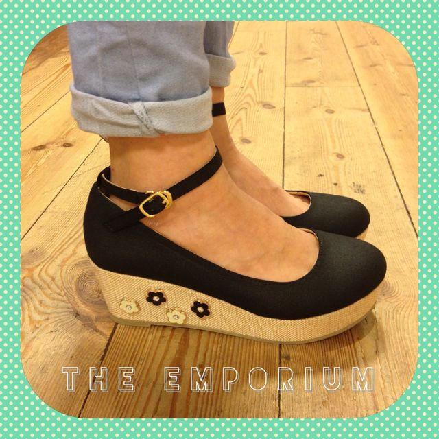 THE EMPORIUM(ジエンポリアム)の今季☆未使用*お花スタッズパンプス* レディースの靴/シューズ(ハイヒール/パンプス)の商品写真