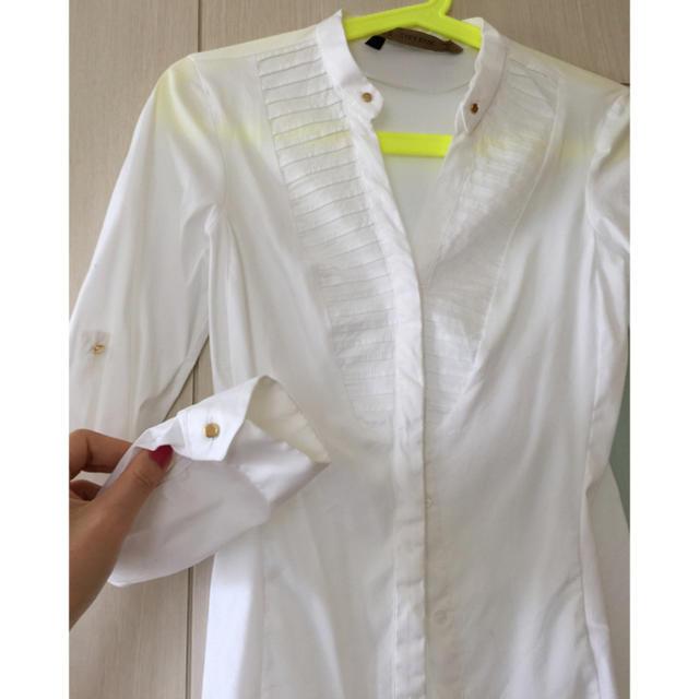 ZARA(ザラ)のzara xs ゴールドボタン コットン白シャツ レディースのトップス(シャツ/ブラウス(長袖/七分))の商品写真
