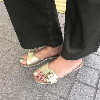 ザラ(ZARA)のZARA 【最終値下げ】ゴールド フラットサンダル 39(サンダル)
