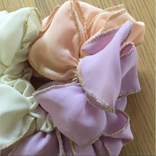 シュシュ ホワイト&ピンク&パープル レディースのヘアアクセサリー(ヘアゴム/シュシュ)の商品写真