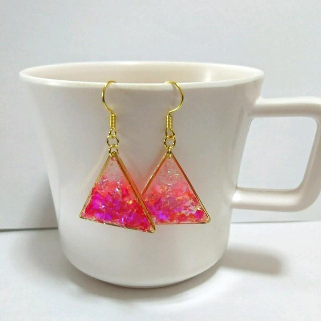 ピンクのグラデーション三角ピアスorイヤリング―crescent― ハンドメイドのアクセサリー(ピアス)の商品写真