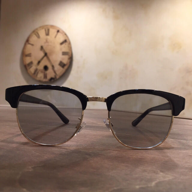 【新品】クラシック ハーフリム サングラス グレースモークレンズ メンズのファッション小物(サングラス/メガネ)の商品写真