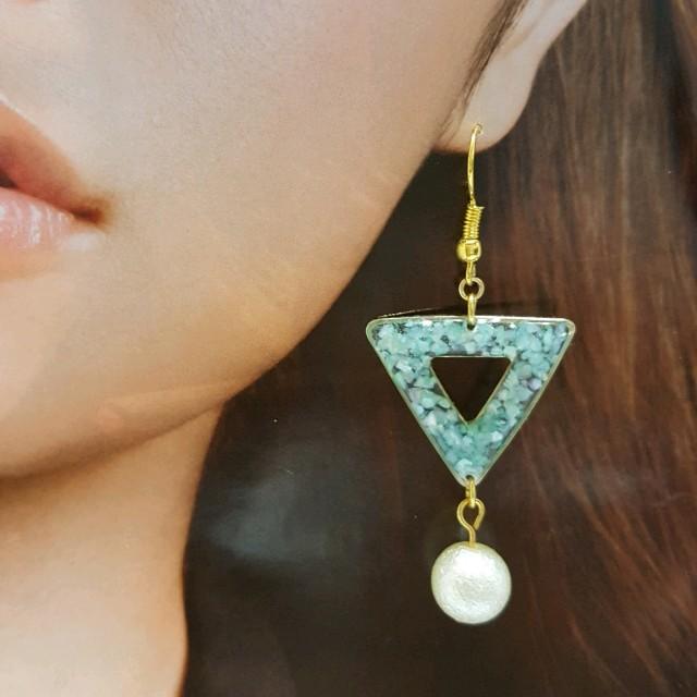 グリーンシェルの三角形ピアスNo.8 ハンドメイドのアクセサリー(ピアス)の商品写真