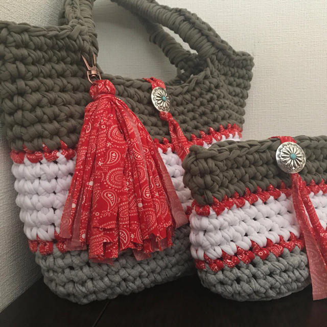 ズパゲッティバッグ 赤ペイズリー タッセル ポーチプレゼント マチあり ハンドメイドのファッション小物(バッグ)の商品写真