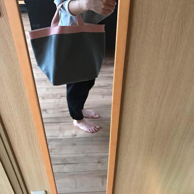 新品 未使用 トート バッグ L グレー×ピンク フェイク レザー レディースのバッグ(トートバッグ)の商品写真