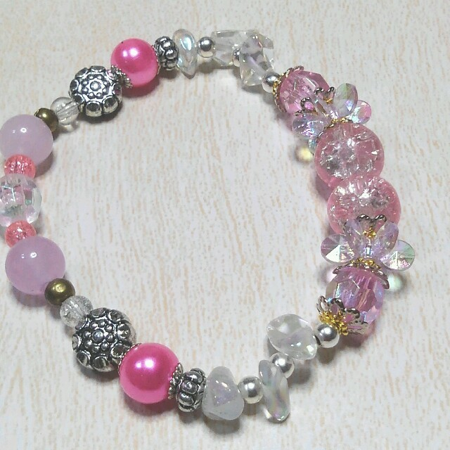 ブレスレット ピンク色 ハンドメイドのアクセサリー(ブレスレット/バングル)の商品写真