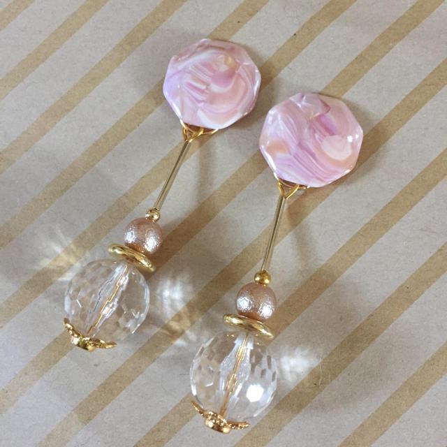 ピンクのシェル風カボションのピアス、イヤリング ハンドメイドのアクセサリー(ピアス)の商品写真