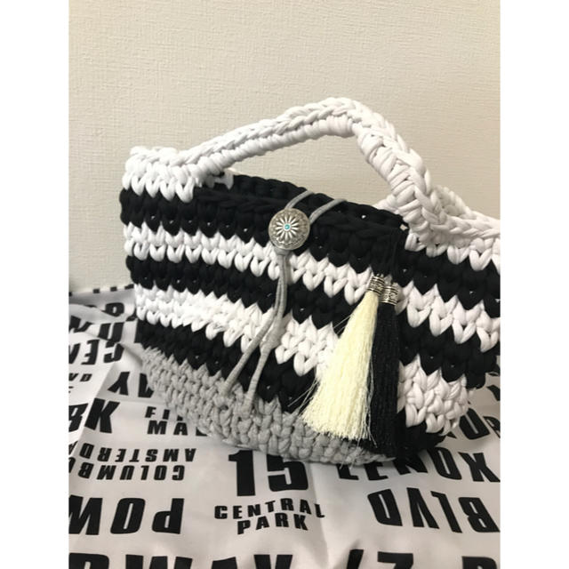 ズパゲッティバッグ 丸底マルシェ  モノトーン ボーダー ミニマルシェプレゼント ハンドメイドのファッション小物(バッグ)の商品写真