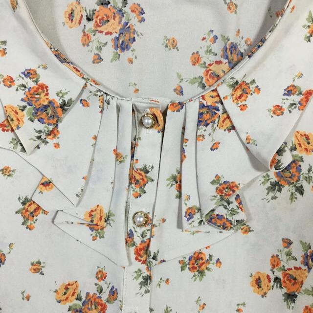 Lois CRAYON(ロイスクレヨン)の美品!襟元フリル★オレンジ花柄フレンチスリーブブラウス★Lois CRAYON レディースのトップス(シャツ/ブラウス(半袖/袖なし))の商品写真