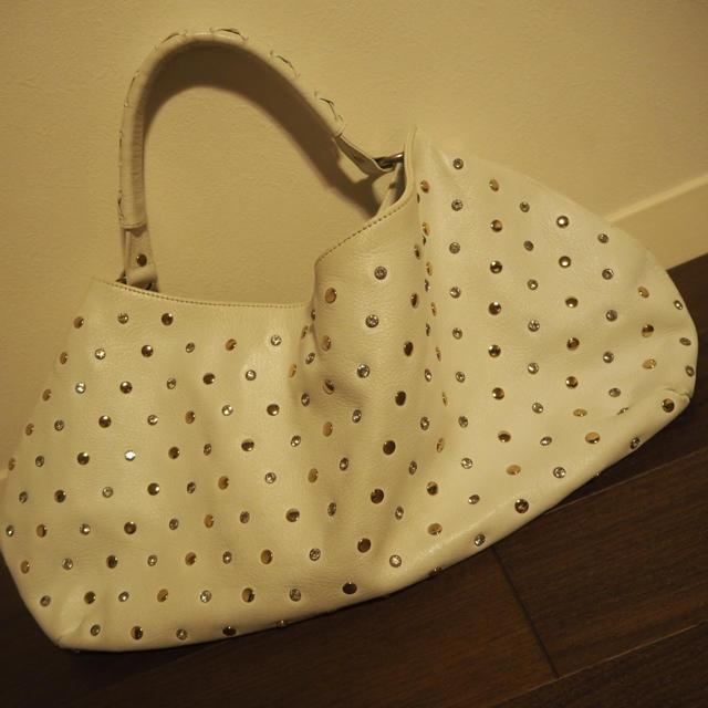 Samantha Thavasa(サマンサタバサ)のSamantha Thavasaホワイトスタッズバック レディースのバッグ(ハンドバッグ)の商品写真