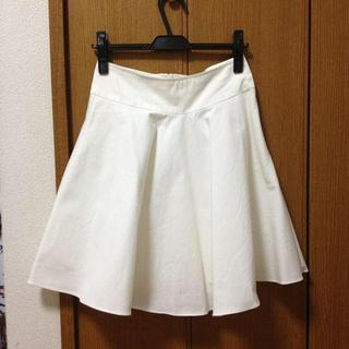 ディーホリック(dholic)のシンプルカラーフレアスカート 白(ひざ丈スカート)