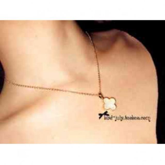 四つ葉のクローバーがオシャレ 白 ホワイト レディースのアクセサリー(ネックレス)の商品写真