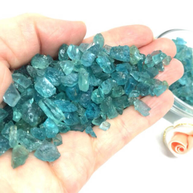 【穴無】ブルーグリーンアパタイトさざれ 25g ハンドメイドの素材/材料(各種パーツ)の商品写真