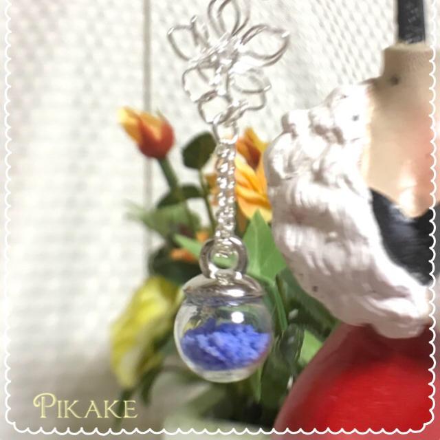 お花モチーフの蓄光ドームピアス❀ブルー ハンドメイドのアクセサリー(ピアス)の商品写真