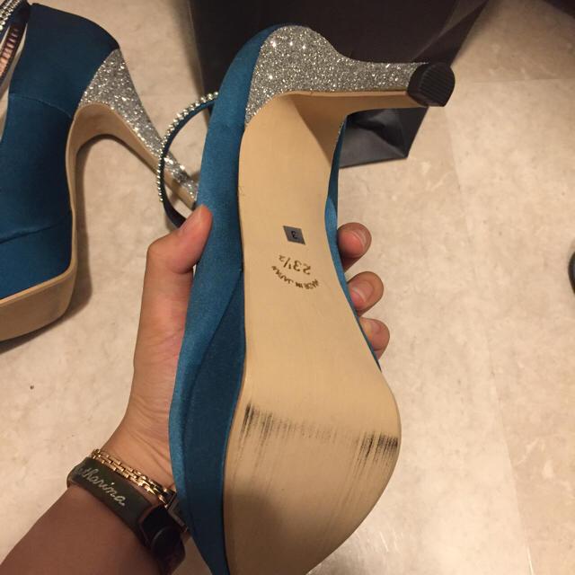 エメラルドグリーンの華やかパンプス レディースの靴/シューズ(ハイヒール/パンプス)の商品写真