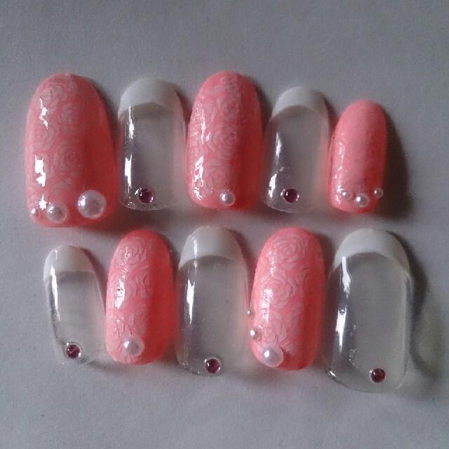 ネイルチップ ピンク×白 薔薇ネイル ハンドメイドのアクセサリー(ネイルチップ)の商品写真