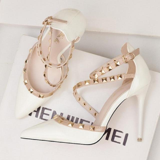 レディース ハイヒール パンプス スタッズ エナメル ピンヒール 白 レディースの靴/シューズ(ハイヒール/パンプス)の商品写真