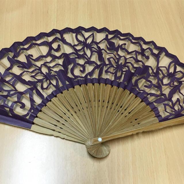 絹 透かし花柄 紫 パープル 扇子 レディースの水着/浴衣(和装小物)の商品写真