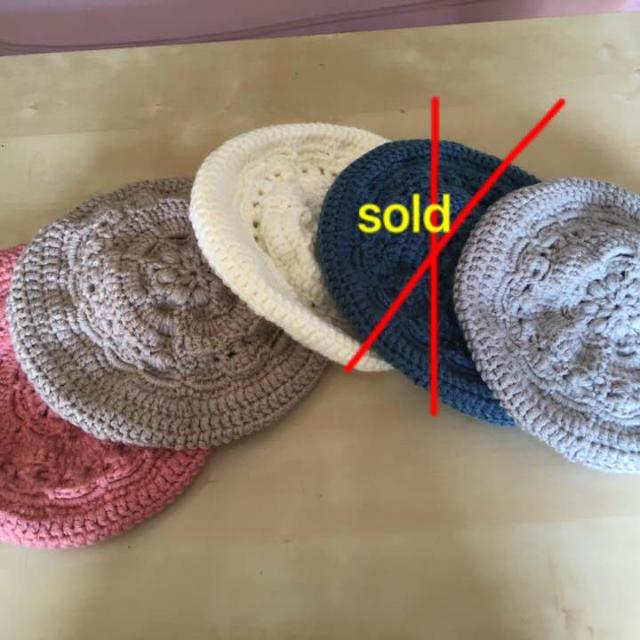てっぺんがお花のベレー帽 白 ハンドメイドのファッション小物(その他)の商品写真