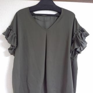 ジーユー(GU)のサテンラッフルブラウス  カーキ(シャツ/ブラウス(半袖/袖なし))