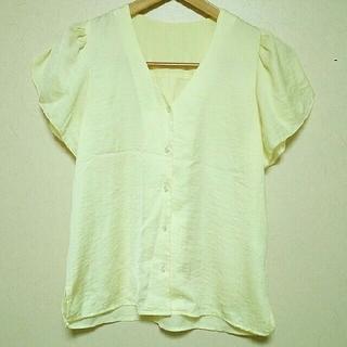 ジーユー(GU)のジーユー ラッフルスリーブ ブラウス イエロー Sサイズ GU(シャツ/ブラウス(半袖/袖なし))