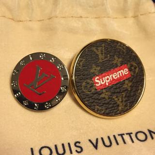 ルイヴィトン(LOUIS VUITTON)のsupreme lv ブローチ バッチ(ブローチ/コサージュ)