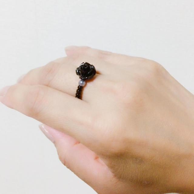 薔薇の指輪 ローズリング バラとパールのビーズリング ブラック ハンドメイドのアクセサリー(リング)の商品写真